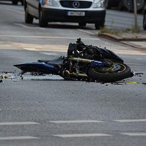 【学生】丁字路で原付の高校生と車が衝突、後遺障害4級