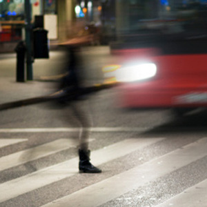 信号待ちの歩行者への衝突事故、後遺障害11級のときの判例