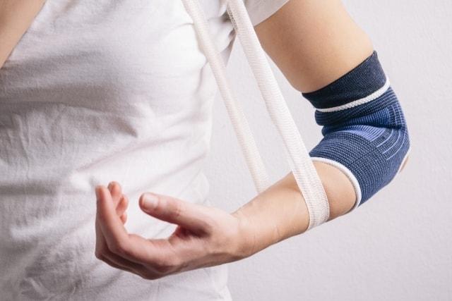 尺骨骨折、右膝挫傷の増額事例