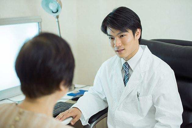 追突事故で痛くなくても病院に行くべき理由と通院先の選び方、示談後の後遺症への対応